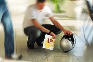 Kursleiter-zeigt-Helm